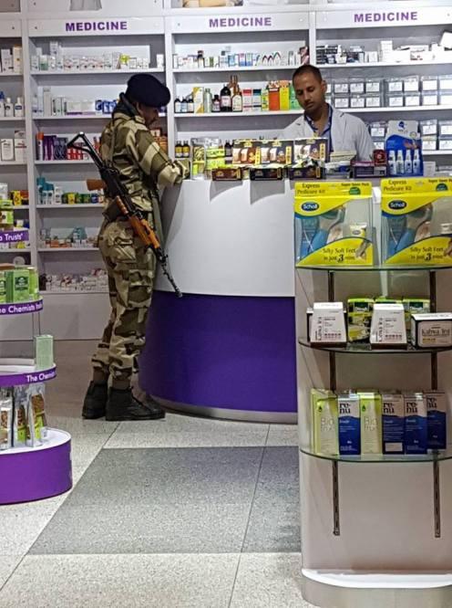 Även indiska militärer måste till apoteket ibland.