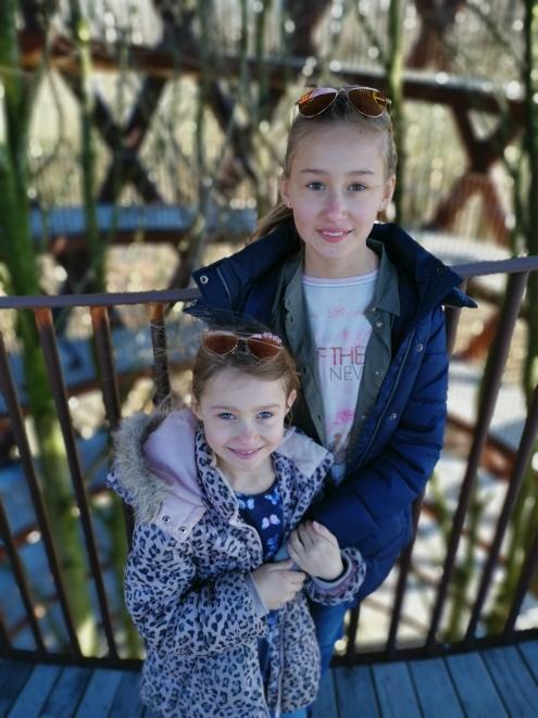 Emma och Olivia på Camp Adventure
